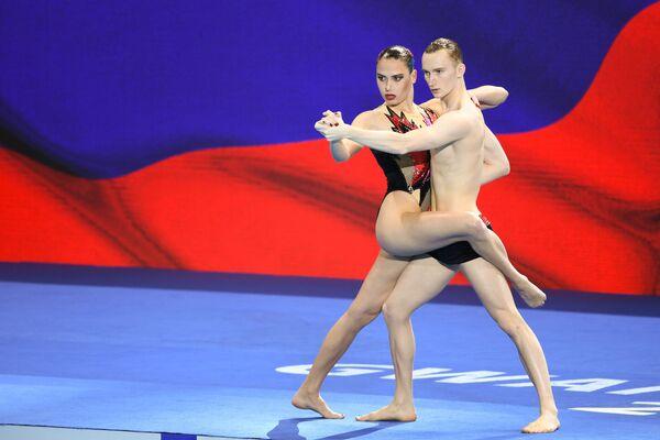 W programie technicznym duetów mieszanych w pływaniu synchronicznym najlepsi byli Rosjanie Maija Gurbanberdiewa i Aleksander Malcew - Sputnik Polska