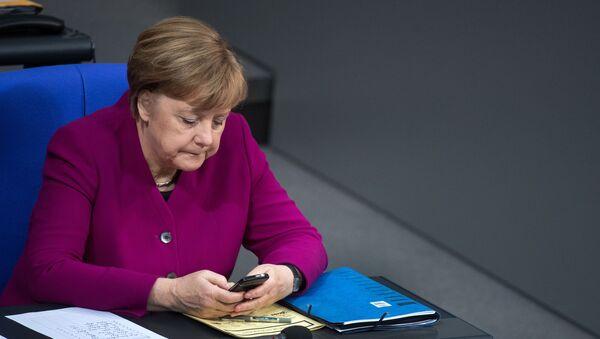 Angela Merkel z telefonem - Sputnik Polska