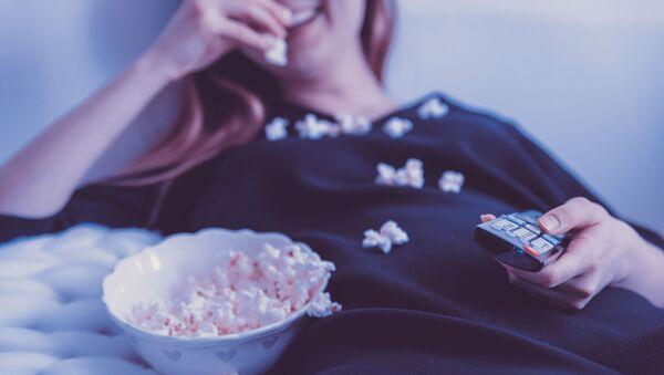 Dziewczyna jedząca popcorn - Sputnik Polska