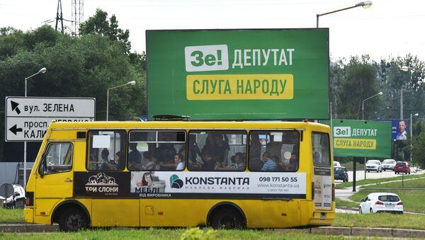 Plakaty agitacyjne partii Wołodymyra Zełenskiego Sługa Ludu na jednej z ulic Lwowa - Sputnik Polska
