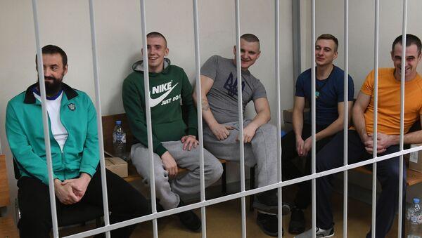 Zatrzymani ukraińscy marynarze na posiedzeniu sądu w Moskwie, gdzie rozpatrywany jest wniosek śledczych o przedłużeniu im aresztu - Sputnik Polska