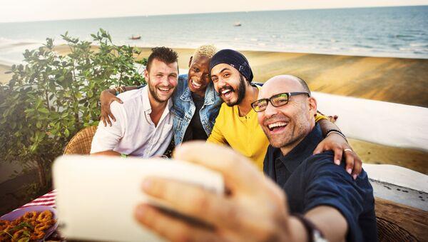 Mężczyźni robią selfie - Sputnik Polska