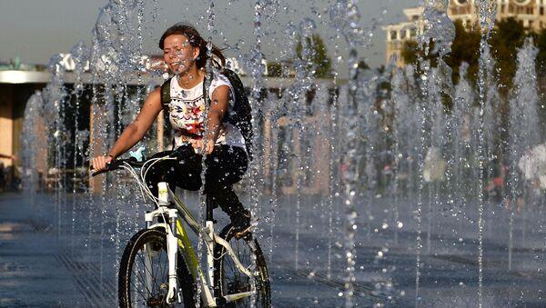Dziewczyna jedzie na rowerze w parku Muzeon w Moskwie - Sputnik Polska