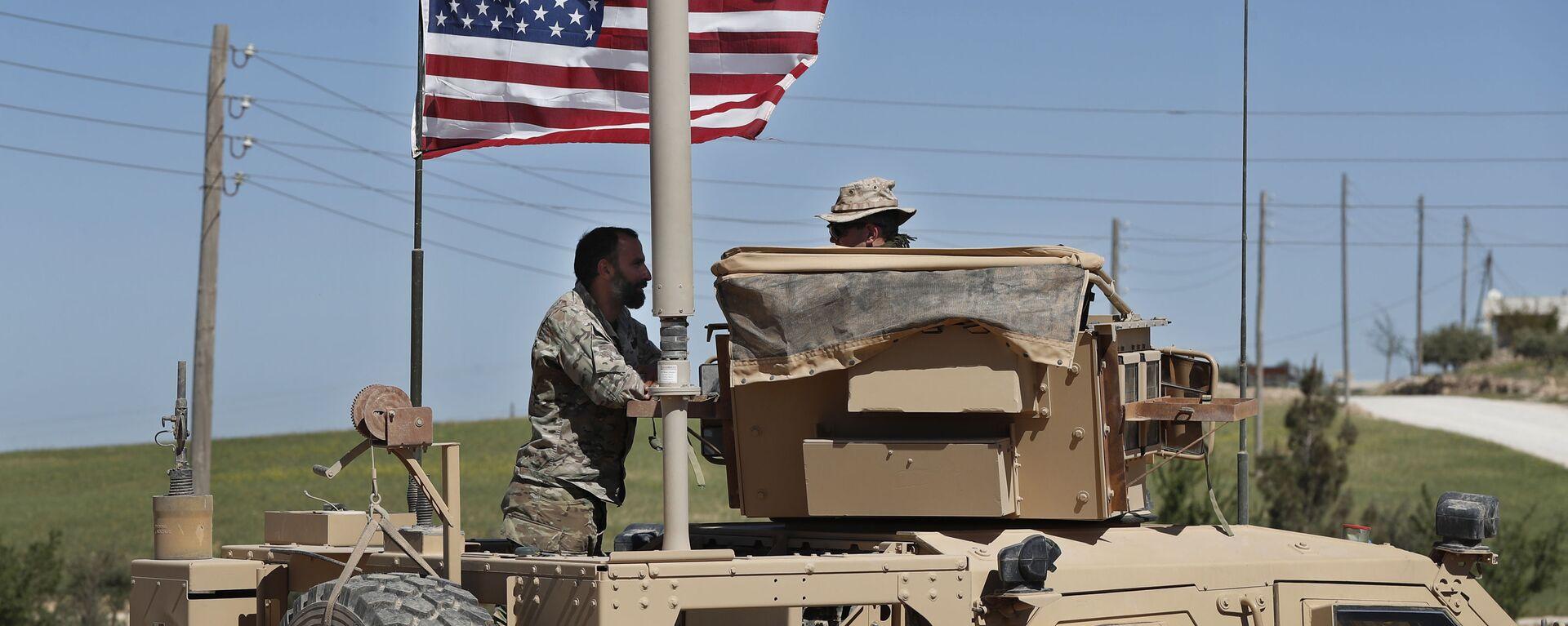 Amerykański wojskowy rozmawia z żołnierzem ze wspieranej przez USA syryjskiej opozycji w północnej Syrii - Sputnik Polska, 1920, 26.02.2021