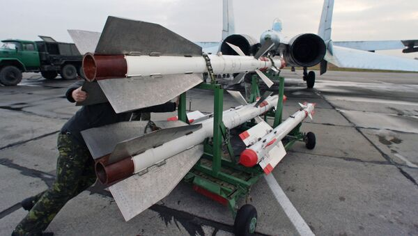 Wyposażenie myśliwca Su-27 w pociski na lotnisku Czkałowsk - Sputnik Polska