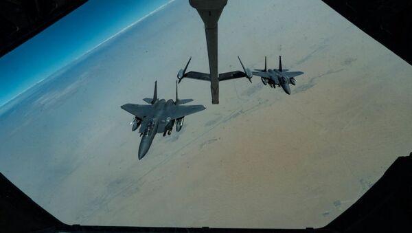 Amerykańskie myśliwce F-15E Strike Eagle w czasie patrolowania Zatoki Perskiej - Sputnik Polska