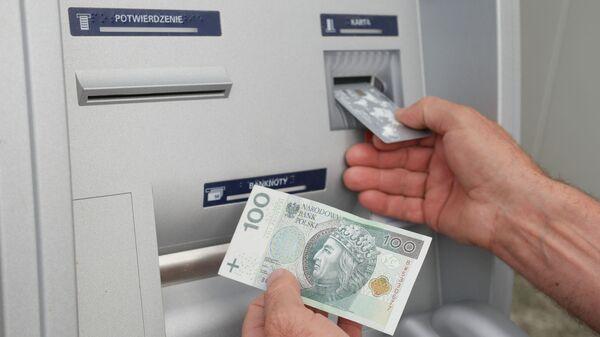 Pieniądze z bankomatu - Sputnik Polska