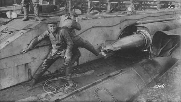 Niemieccy marynarze ładują torpedy na okręcie podwodnym - Sputnik Polska
