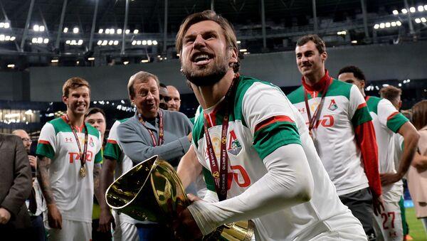 Grzegorz Krychowiak trzyma Puchar Rosji po wygranym meczu Lokomotiwu z Zenitem  - Sputnik Polska
