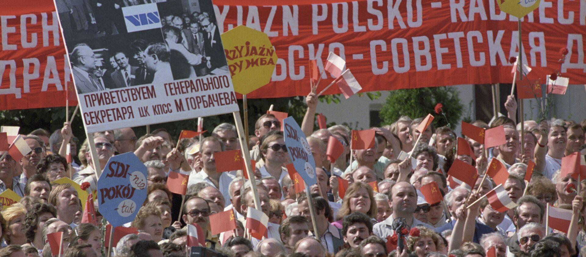 Warszawiacy witają Sekretarza generalnego Michaiła Gorbaczowa podczas oficjalnej wizyty do PRL - Sputnik Polska, 1920, 07.10.2020