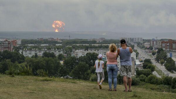 Rodzina obserwuje wybuchy na poligonie wojskowym pod Aczyńskiem w Kraju Krasnojarskim, 5 sierpnia 2019 roku - Sputnik Polska