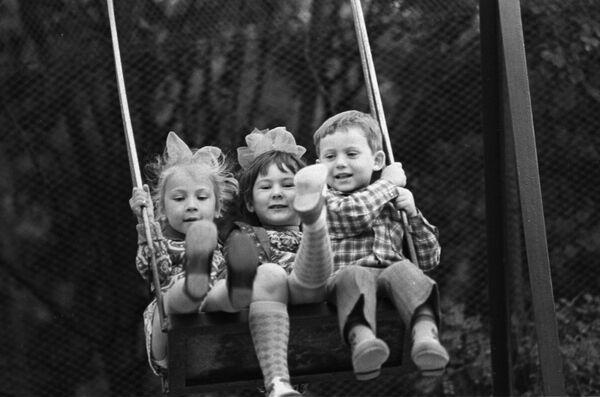 Dzieci na huśtawce na Krymie, 1976 rok  - Sputnik Polska