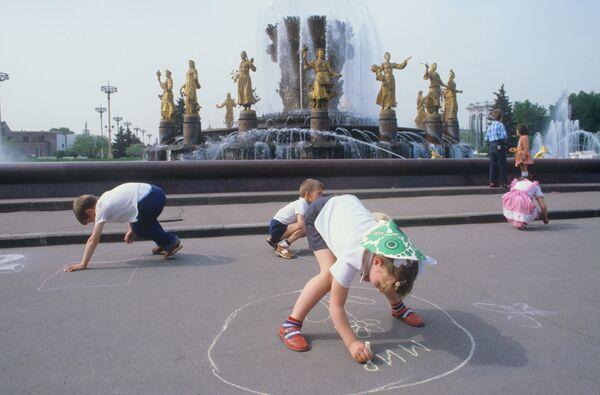 Dzieci rysują kredą na asfalcie przy fontannie w parku WDNCh w Moskwie, 1984 rok  - Sputnik Polska