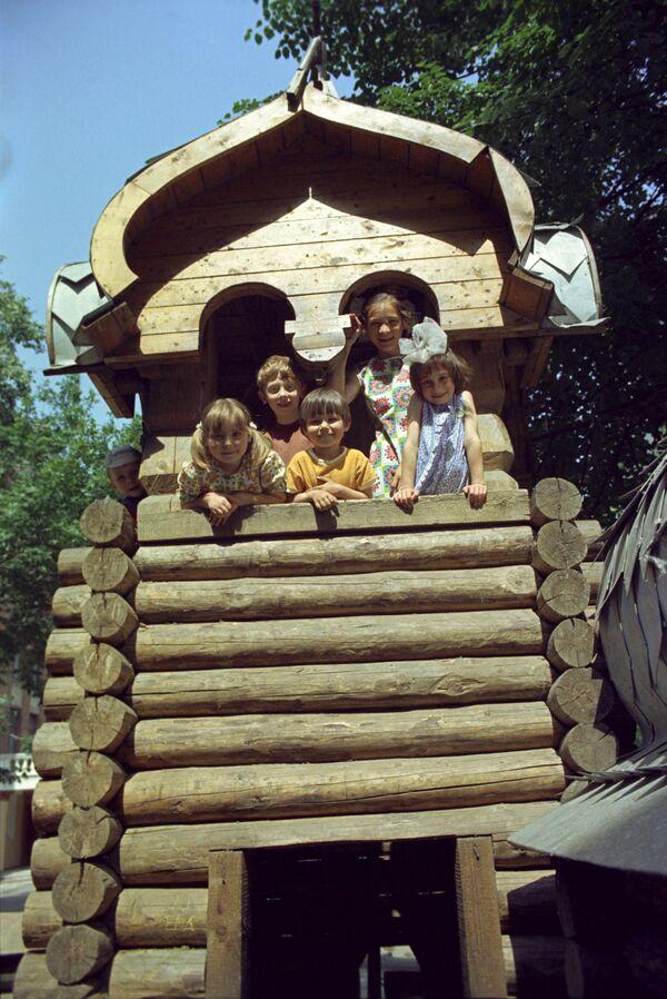 Dzieci na placu zabaw w Moskwie, 1975 rok  - Sputnik Polska