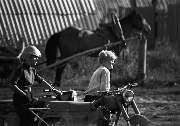 Chłopcy na motocyklu, 1973 rok  - Sputnik Polska
