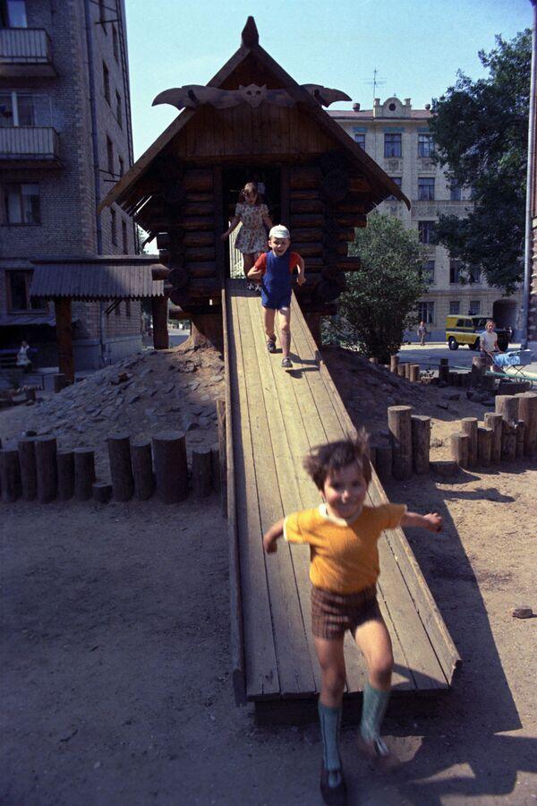 Plac zabaw w Moskwie, 1975 rok  - Sputnik Polska