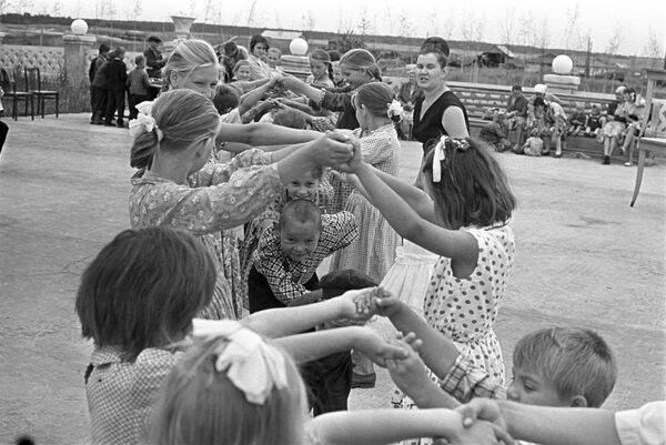 Zabawy na świeżym powietrzu, 1965 rok  - Sputnik Polska