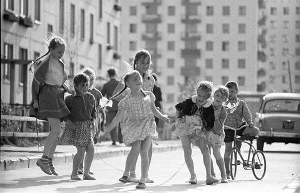 Dzieci bawią się przed domem, 1966 rok  - Sputnik Polska