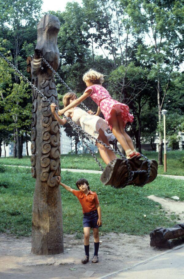 Dziewczynki na huśtawce, 1986 rok  - Sputnik Polska