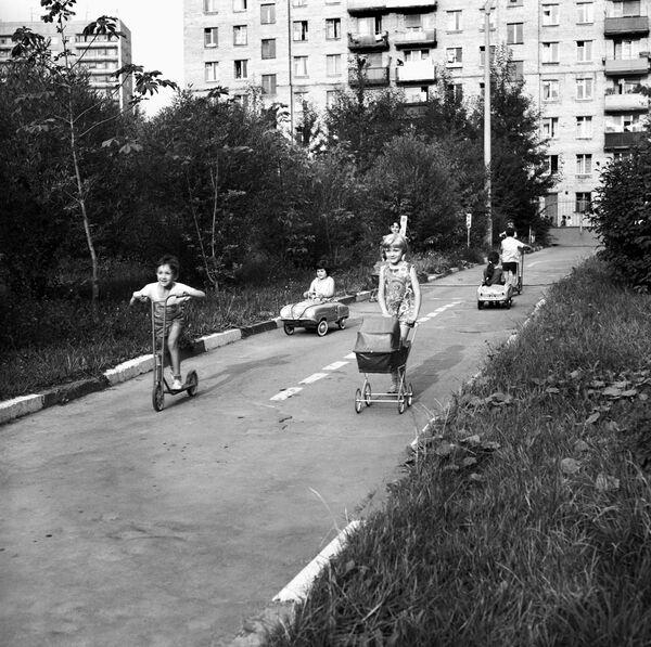 Dzieci bawią się przed blokiem, 1967 rok  - Sputnik Polska