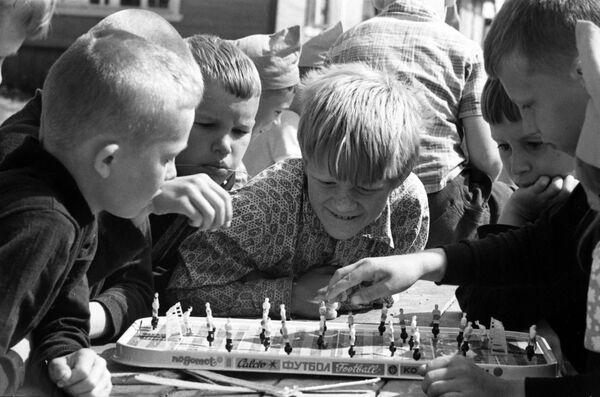 Dzieci grają w grę planszową, 1973 rok  - Sputnik Polska