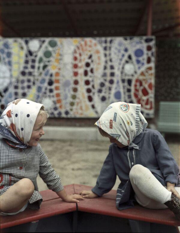Dziewczynki w piaskownicy, 1973 rok  - Sputnik Polska
