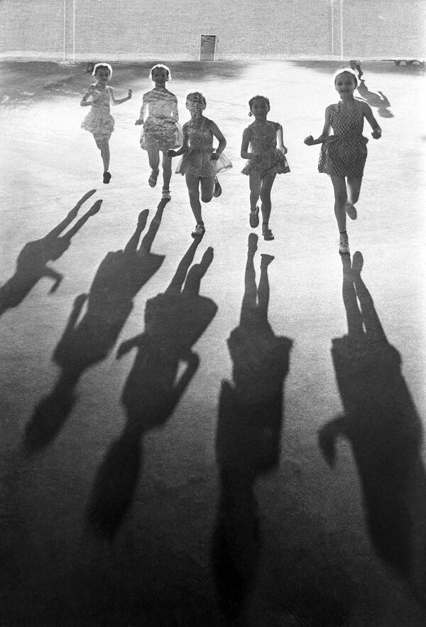 Dzieci biegają na świeżym powietrzu, 1963 rok   - Sputnik Polska