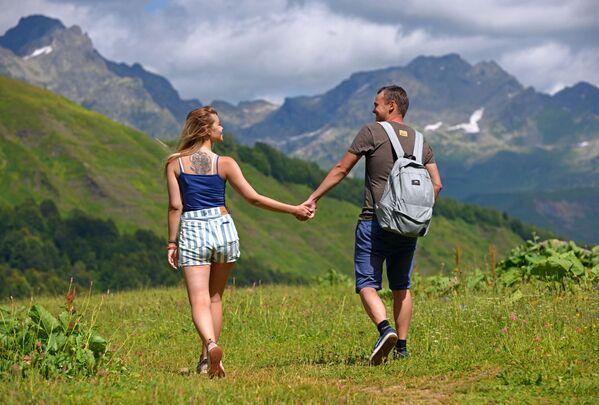 Spacerujący turyści w Reliktowym Parku Narodowym w Abchazji   - Sputnik Polska