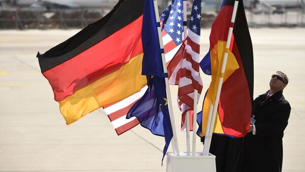 Flagi USA i Niemiec na lotnisku w Hanowerze - Sputnik Polska