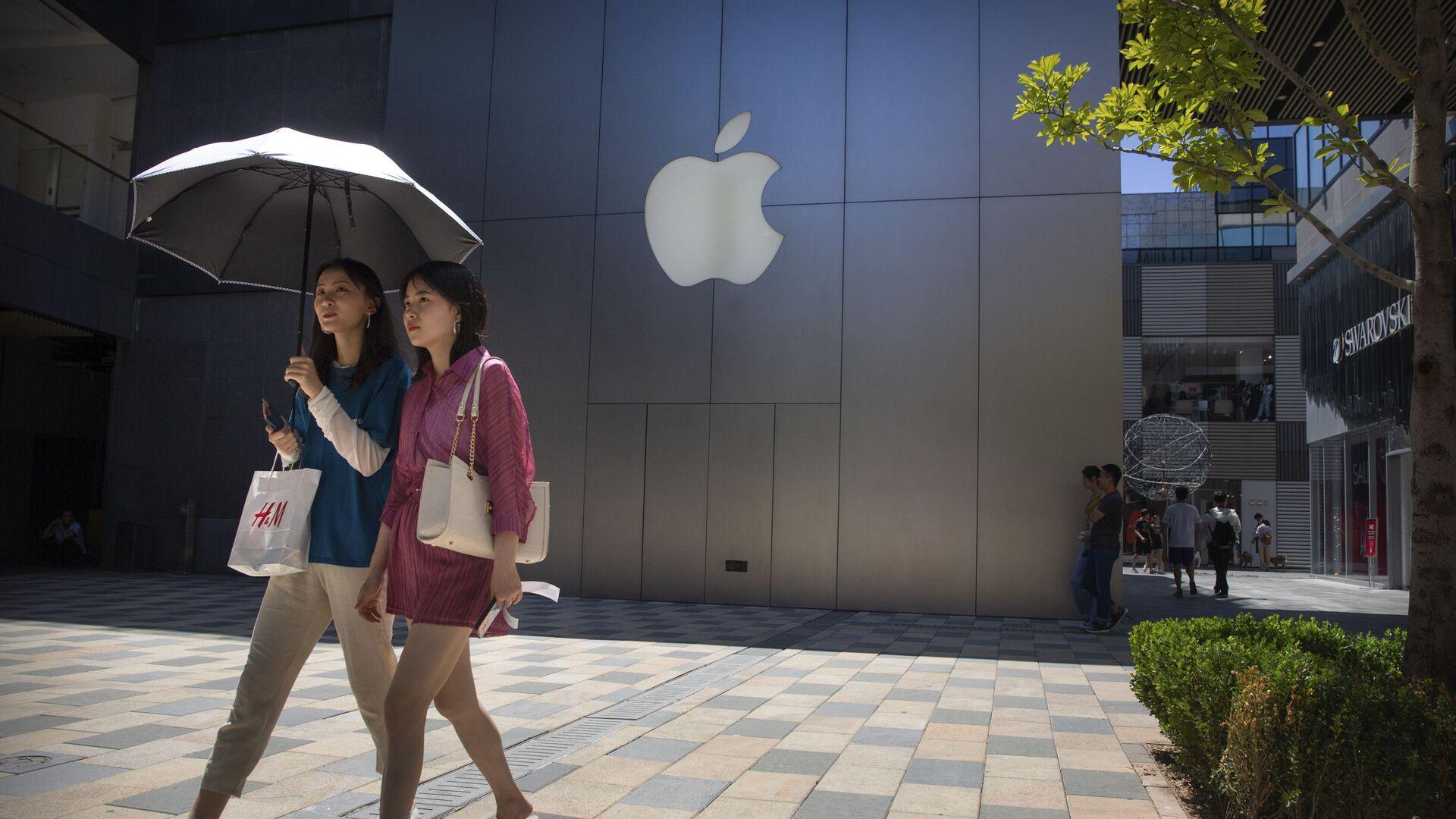 Dziewczyny przechodzą obok sklepu Apple w jednym z centrów handlowych w Pekinie - Sputnik Polska, 1920, 22.09.2021