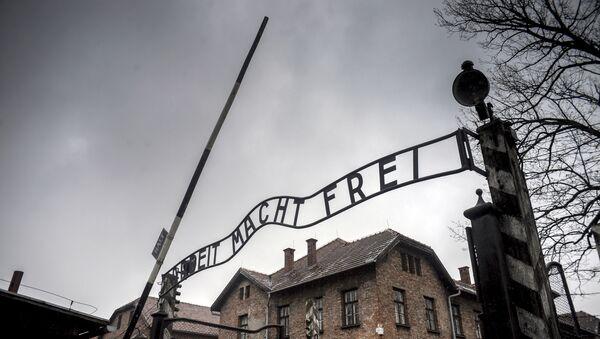Brama centralna byłego obozu śmieci Auschwitz-Birkenau w Oświęcimiu - Sputnik Polska