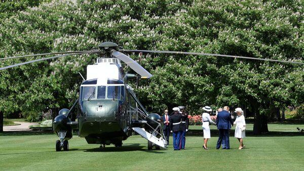 Śmigłowiec Donalda Trumpa na trawniku przed Pałacem Buckingham. - Sputnik Polska