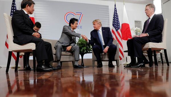 Prezydent USA Donald Trump i premier Japonii Shinzō Abe na szczycie G7 we Francji. - Sputnik Polska