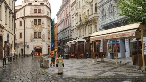 Pracownik na jednej z ulic w Pradze - Sputnik Polska