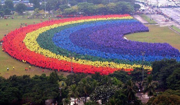 31 000 studentów z Filipin tworzy największą ludzką tęczę, 2004 rok - Sputnik Polska