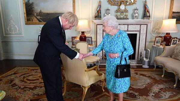 Brytyjska królowa Elżbieta II wita przywódcę partii konserwatywnej Borisa Johnsona podczas audiencji w Pałacu Buckingham - Sputnik Polska