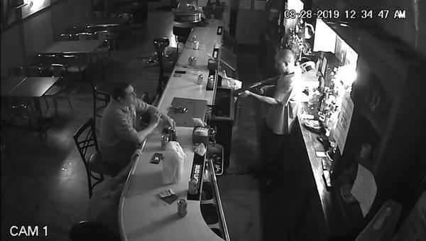 Amerykanin zignorował groźby napastnika w barze - Sputnik Polska