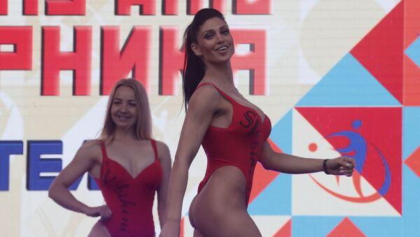 Dziewczyny pozujące na scenie w ramach obchodów Dnia Sportu w Moskwie - Sputnik Polska