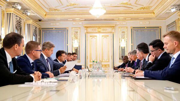 Wołodymyr Zełenski i John Bolton na spotkaniu - Sputnik Polska