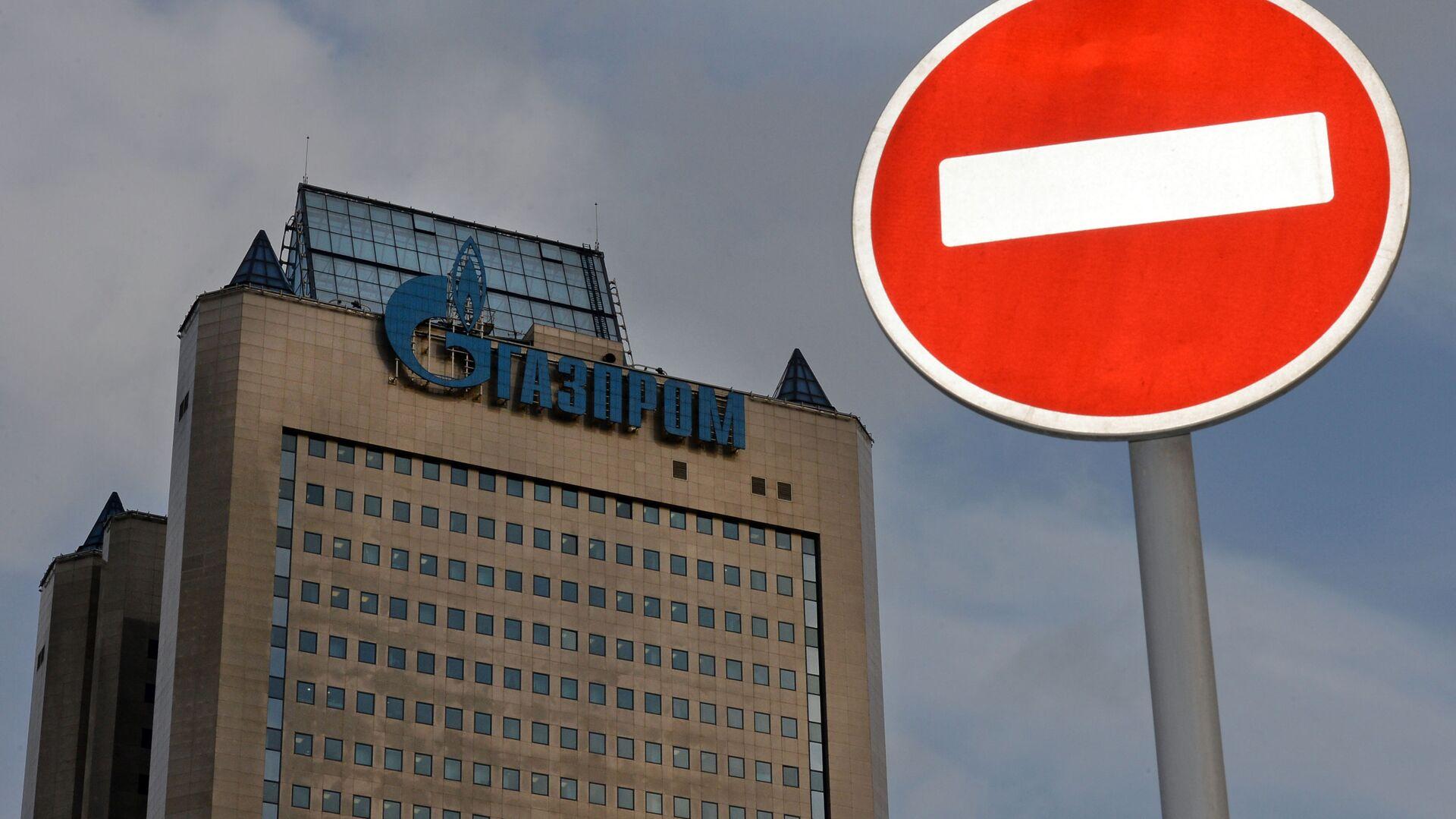 Znak drogowy na tle budynku firmy Gazprom - Sputnik Polska, 1920, 09.10.2021