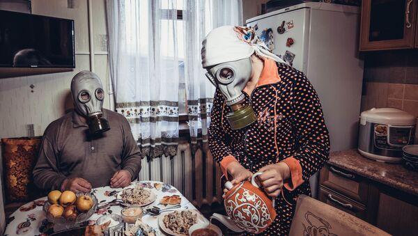 Para w maskach przeciwgazowych - Sputnik Polska