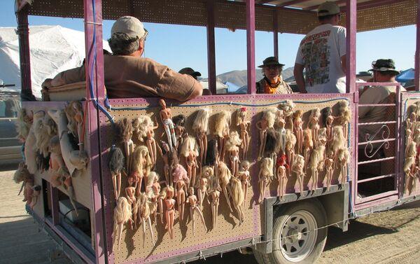 """Instalacja """"Obóz śmierci lalek Barbie na Festiwalu """"Burning Man w USA   - Sputnik Polska"""