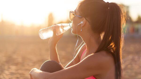Kobieta pije wodę - Sputnik Polska
