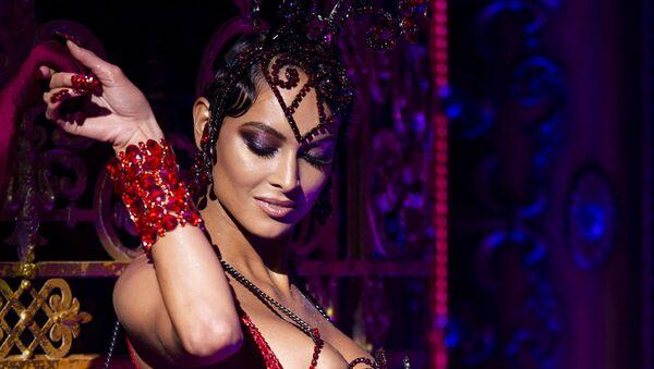 Modelka podczas prezentacji kolekcji The Blonds Spring 2020 podczas pokazu Moulin Rouge w Nowym Jorku  - Sputnik Polska
