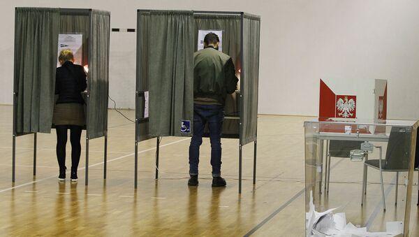Polacy głosują w drugiej turze wyborów w lokalu wyborczym w Łomiankach  - Sputnik Polska