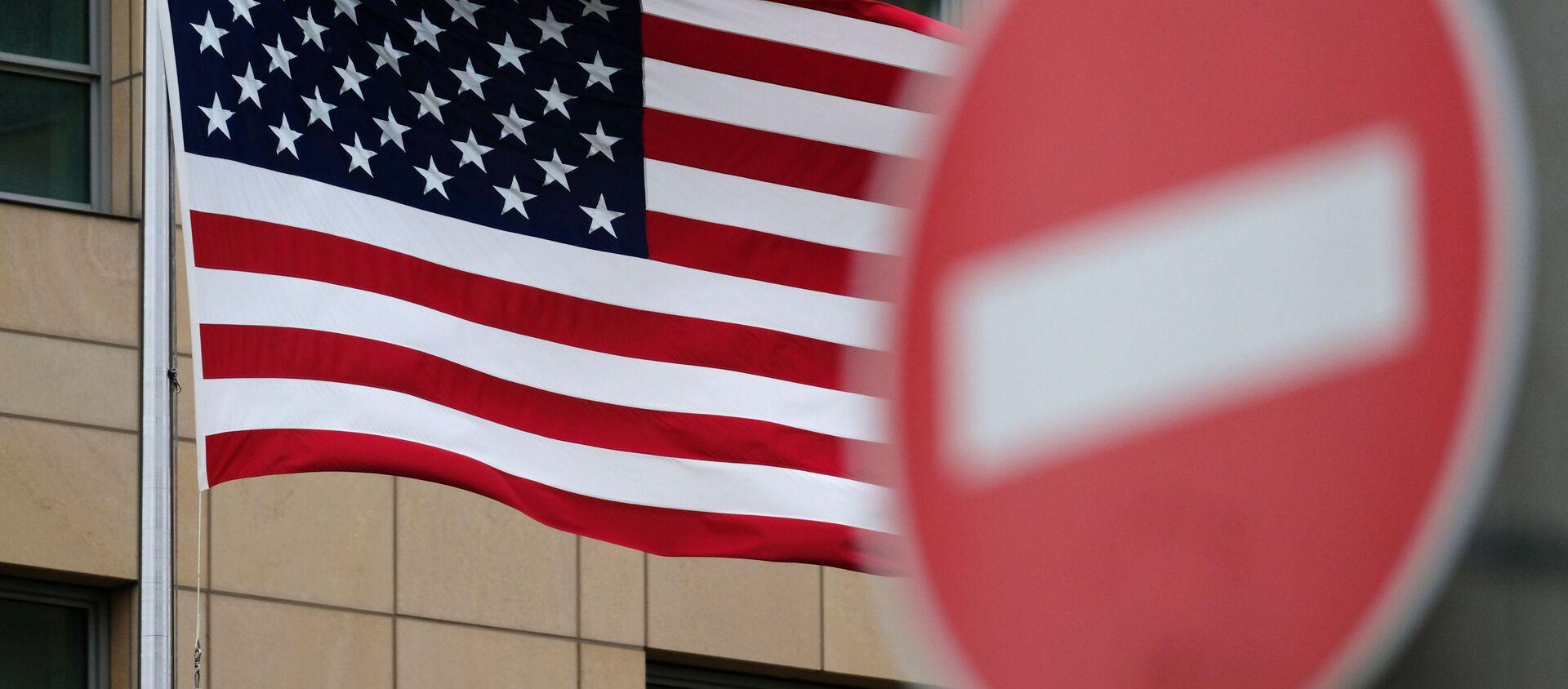 Flaga Stanów Zjednoczonych na tle znaku drogowego - Sputnik Polska, 1920, 02.03.2021