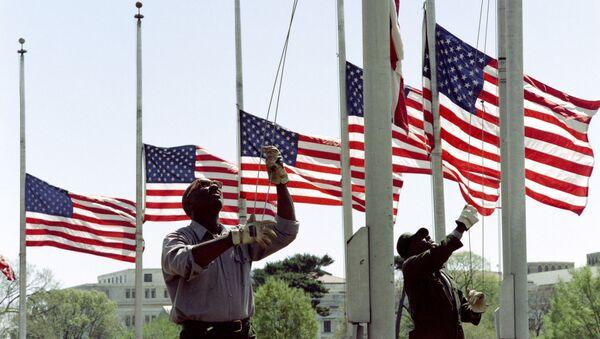 Pracownicy parku opuszczają flagi wokół pomnika Waszyngtona na cześć żałoby. Zdjęcie archiwalne - Sputnik Polska