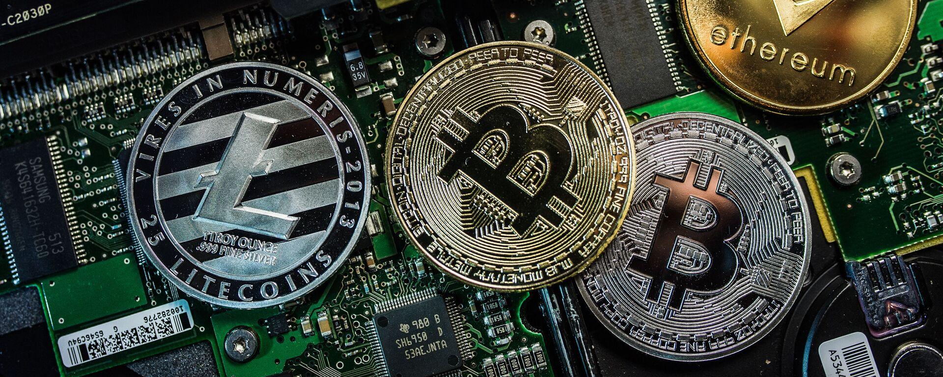 Monety pamiątkowe z logo kryptowalut Bitcoin, Litecoin i Ethereum - Sputnik Polska, 1920, 09.03.2021