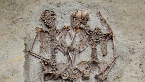Szkielety z czasów Imperium Rzymskiego znalezione we włoskim mieście Modena trzymają się za ręce - Sputnik Polska