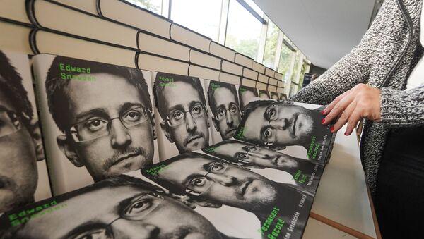 """Sprzedaż książki byłego oficera wywiadu Edwarda Snowdena """"Permanent Record"""" - Sputnik Polska"""